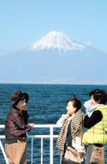 フェリーから富士山の眺めを楽しむ観光客たち=駿河湾で