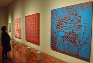 初めて公開された草間さんの新作(右から)「戦争の終わった幸福」「心の燃えた日」「世界の愛のすべて」=松本市美術館で
