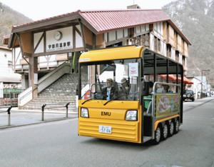 20日から本格運行が始まる乗り降り自由で無料の電気バス「エミュー」=黒部市宇奈月温泉で