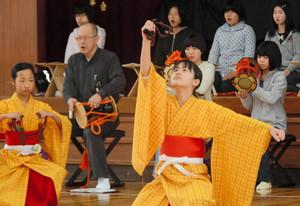 役者と長唄、はやし方が三位一体となっての通し稽古=小松市稚松小で