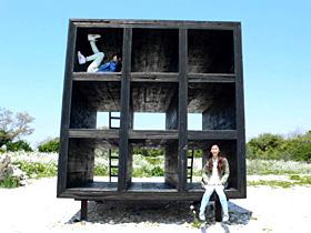 巨大なカラーボックスを思わせる「おひるねハウス」=いずれも愛知県西尾市の佐久島で