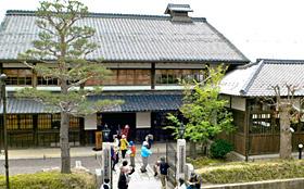 伴家は東京・日本橋にも進出。麻布、蚊帳、畳表を商った=いずれも滋賀県近江八幡市で