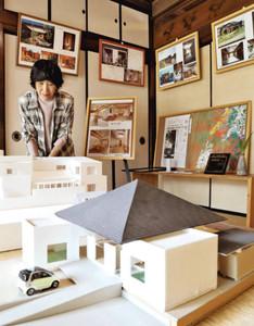 個性的な住宅の模型や写真が並ぶ「現代アート建築写真展」=名古屋市東区橦木町の文化のみち橦木館で