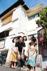 覚王山アパートの前で思い出を振り返る合田丞さん(手前左)ら「入居者」たち=名古屋市千種区山門町1で