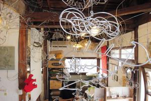 針金細工が飾られた合田さんの店=千種区山門町1で