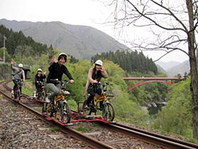 鉄路の上を走るレールマウンテンバイク