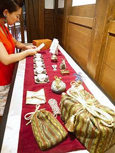 遊び心とセンスあふれる仕覆などが並ぶ茶箱展=石川国際交流サロンで