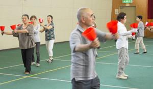 ぼんぼりを手に踊りを練習する参加者=亀山市の関文化交流センターで