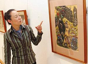 水墨画「ミナミの国」を解説する田尻学芸員=富山市安養坊で