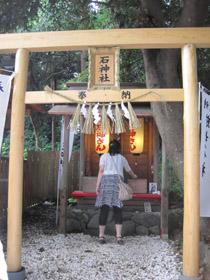 女性の願いをかなえてくれる石神さん=いずれも三重県鳥羽市相差町で