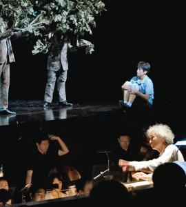 本番に向けて着々と準備が進むオペラ「こどもと魔法」の一場面=松本市深志のまつもと市民芸術館で
