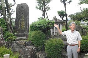 黒田氏発祥の地には「黒田氏旧縁之地」の石碑(左)と黒田家始祖・源宗清公の墓石がある