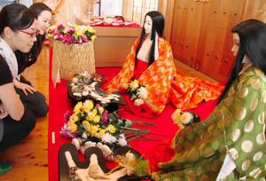 重陽の節句で営まれた「菊合わせ」の様子が再現された会場=明和町斎宮のいつきのみや歴史体験館で