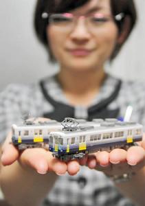 鉄道ファンらに人気の「えちぜん鉄道MC2101形2両セット」=えちぜん鉄道福井駅で