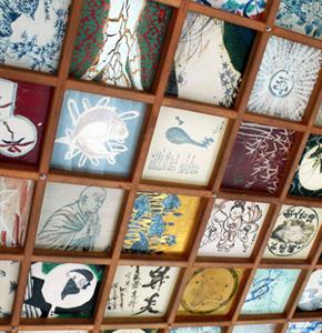 地元の陶芸家が描いた陶板を飾る「平成の陶天井」=いずれも岐阜県多治見市で