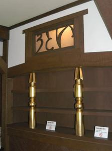 「いとう」の透かし彫りが施された飾り棚=名古屋市千種区法王町で