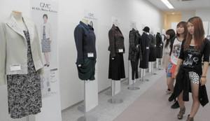 お母さんたちに着てほしい服が並ぶ「岐阜マザーズコレクション」会場=岐阜市吉野町の岐阜スカイウイング37で