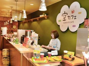 トマトカレーなどが食べられる2階のカフェ=小松空港で