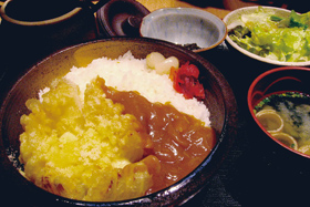 道の駅「砺波」で食べられるオニオンフラワーカレー=いずれも富山県砺波市で
