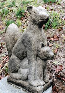山の中腹に置かれたキツネの親子の石像=阿久比町植大で