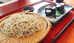 塩で食べる十割そばとジネンジョの刺し身=いずれも長野県根羽村で