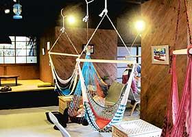 ハンモックがぶら下がるカフェ=いずれも静岡県川根本町で