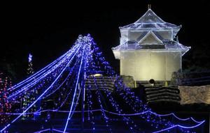 暗闇に浮かぶ天守閣と富士山の電飾=玉城町田丸の田丸城跡で