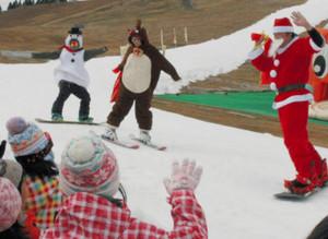サンタやトナカイにはしゃぐ子どもら=高島市今津町日置前の箱館山スキー場で