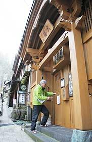 13の外湯が無料開放されている=いずれも長野県野沢温泉村で
