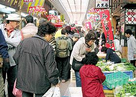 買い物客でにぎわう「三八市」=三重県桑名市の桑名寺町通り商店街で