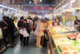 買い物客でにぎわう「焼津さかなセンター」=静岡県焼津市で