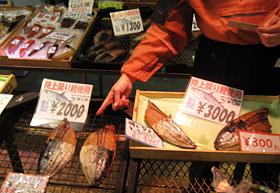 できたてのカツオのなまり節=静岡県焼津市で