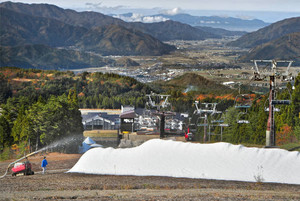 人工造雪機が本格稼働し、ゲレンデに出現した雪の山=勝山市のスキージャム勝山で