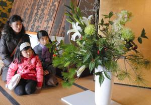 玄関広間に飾られている「新春の寿ぎ」=草津市の史跡草津宿本陣で