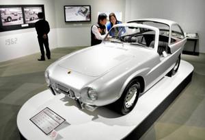 展示されているパブリカスポーツの復元車=長久手市のトヨタ博物館で
