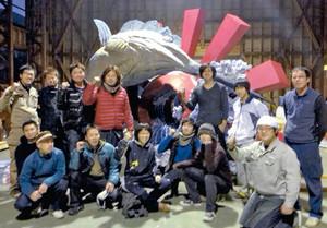 カジキマグロのみこしで祭りを盛り上げる当番会のメンバー=飛騨市神岡町で