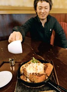 尾藤さんが考えたシロップをかけて食べる新しいスタイルの小倉トースト=名古屋市中区錦1で