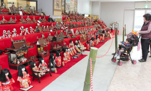 300点のひな人形が並ぶ会場=多治見市本町のたじみ創造館で
