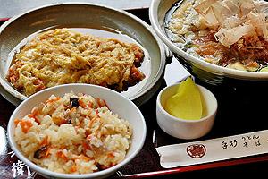 郷土料理の「とりめし」(手前左)も味わえる「煮かつ定食」=いずれも愛知県高浜市で