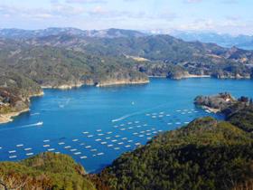 亀山からは360度見渡せる。養殖カキのイカダが並ぶ静かな海に、漁船が白い航跡を描いた