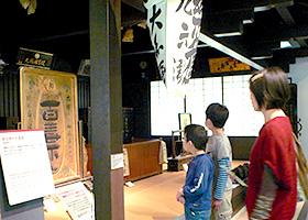 再現された明治中期の薬屋=岐阜県各務原市で