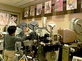 威風堂々とした映写機が並ぶ=羽島市映画資料館で