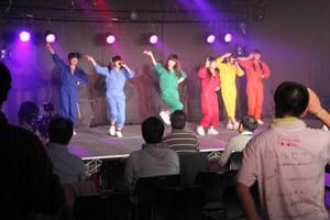 インターネットでも生中継されたローカルアイドルのライブ=瀬戸市のデジタルリサーチパークセンターで
