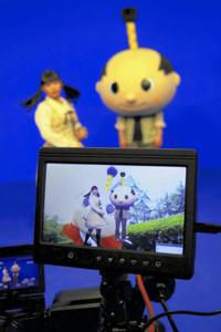 スタジオで合成映像を撮るはち丸(右)とネットアイドルの「足太ぺんた」さん=瀬戸市のデジタルリサーチパークセンターで