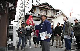 参加者に京町家の説明をする大工棟梁の山本さん(手前)