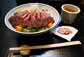 御二九と八さい はちべーのランチ「ハラミ丼」=いずれも京都市で