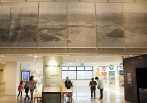 エントランス上部に登場した特大の湖国原風景写真=東近江市の県平和祈念館で
