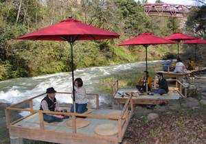 川床を楽しむ観光客ら=加賀市山中温泉河鹿町で