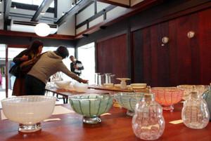 作家の個性と繊細な技術が込められた作品の数々=長浜市元浜町で