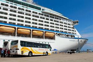 昨年9月に寄港した客船「ボイジャー・オブ・ザ・シーズ」。バス輸送で観光客が混乱した=伏木港で